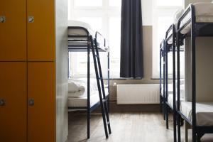 ドミトリールーム 女性用 ベッド計18台のベッド1台