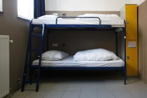 ドミトリールーム 男性用 ベッド計6台のベッド1台