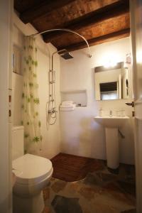 K Homes-Eva's Family Stone House, Prázdninové domy  Tinos Town - big - 4