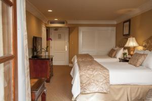 带两张大号床和可供轮椅进出的淋浴间的大号床间 - 残疾人通道/禁烟