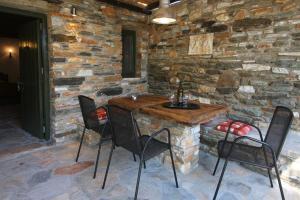K Homes-Eva's Family Stone House, Prázdninové domy  Tinos Town - big - 11