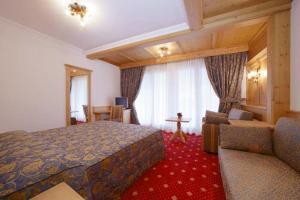 Alpen Hotel Corona, Hotely  Vigo di Fassa - big - 37
