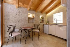 Villa Kudelik - Stone Story, Bed and breakfasts  Trogir - big - 58