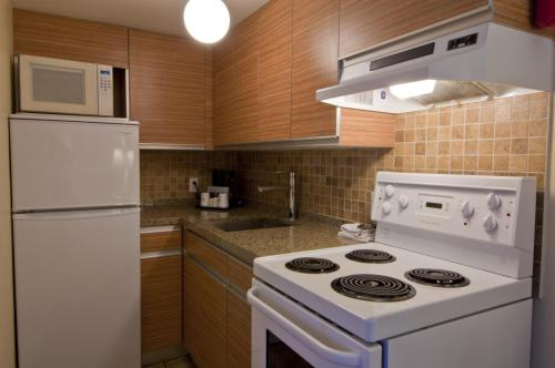 Best Western Plus Kings Inn & Conference Centre - Burnaby, BC V5H 2G1