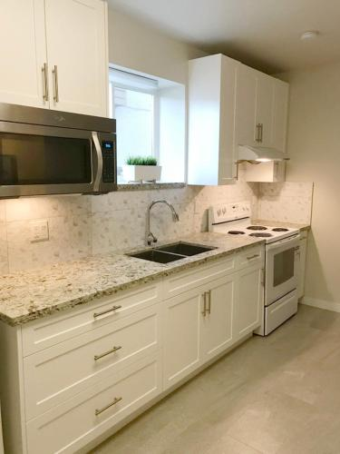 Lovely House With 3 Bedrooms Metrotown - Burnaby, BC V5E 1K7