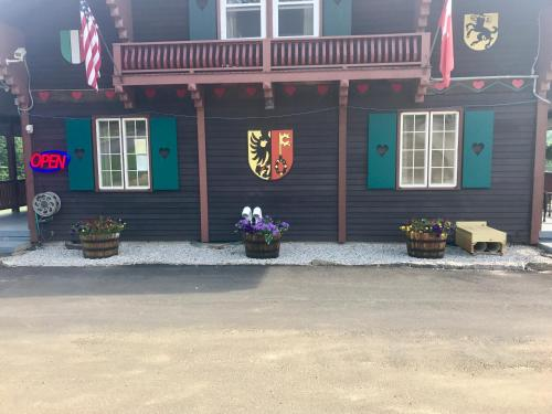 Swiss Chalets Village Inn Photo