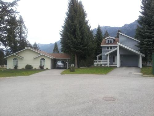 Radium Valley Vacation Resort - Radium Hot Springs, BC V0A 1M0