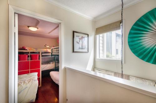 Oasis Hostel - North Vancouver, BC V7M 1N7