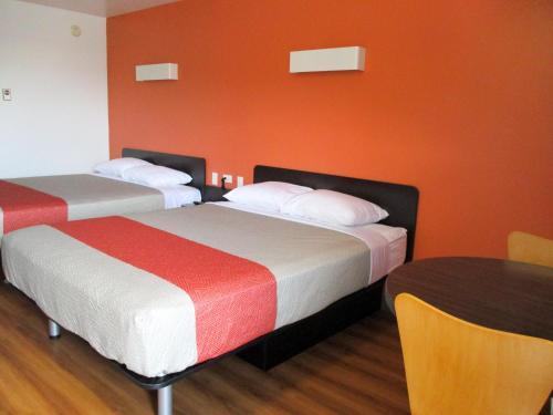 Motel 6 Kamloops - Kamloops, BC V2C 3Z6
