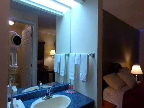 Econo Lodge Inn & Suites Saint John Photo