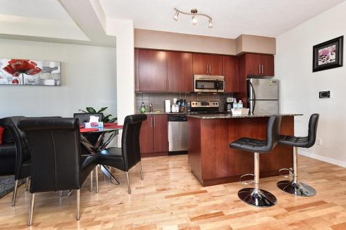 Applewood Suites - Luxury Downtown Condo - Toronto, ON M5J 0A9