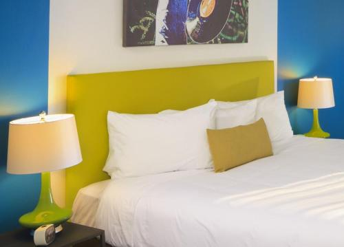 Hotel Zed Kelowna - Kelowna, BC V1Y 1A9