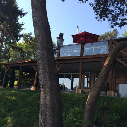 Arbutus Grove Oceanfront Getaway