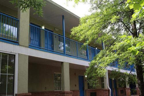 Magnolia Bay Hotel & Suites