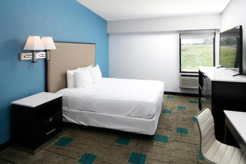 Clarion Inn & Suites - Chambersburg, PA 17201