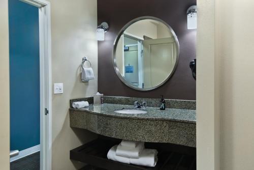 Oxford Suites Silverdale - Silverdale, WA 98383