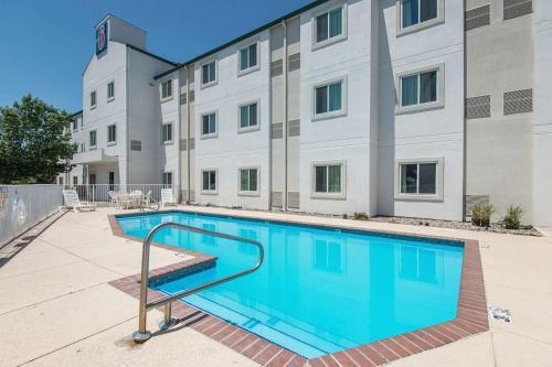 Motel 6 Junction City - Junction City, KS 66441
