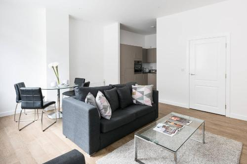 Two Bed Apartment On the Marina a London