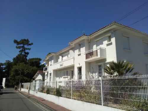 Appartement moderne proche plage et commerces location for Trouver hotel proche adresse