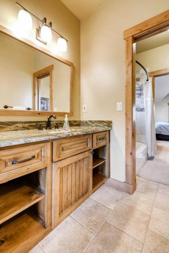 Five-bedroom Luxury Retreat At Chiming Bells Court - Frisco, CO 80443