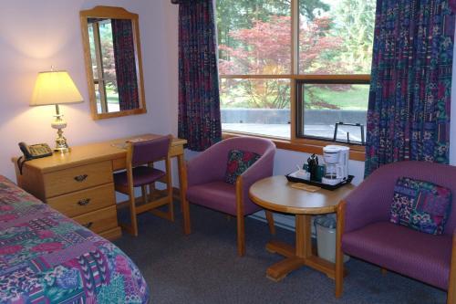 Colonial 900 Motel - Hope, BC V0X 1L0