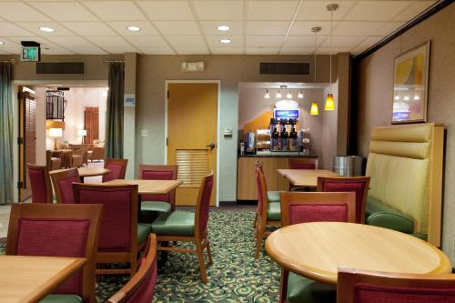 Holiday Inn Express Hotel & Suites Sulphur - Lake Charles Photo