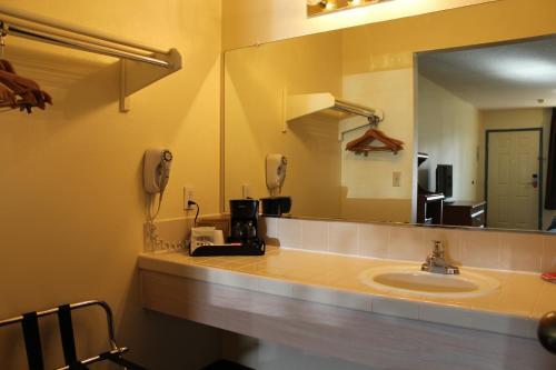 Econo Lodge Inn & Suites Lodi Photo