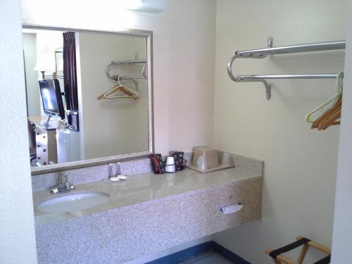 Regency 7 Motel - Fayetteville, AR 72704