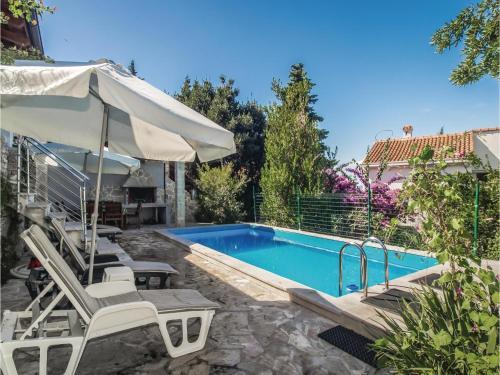 Apartment Splitska 99 with Outdoor Swimmingpool
