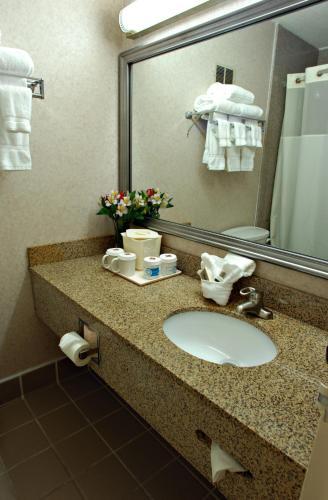 Clarion Inn & Suites Fairgrounds- Syracuse Photo