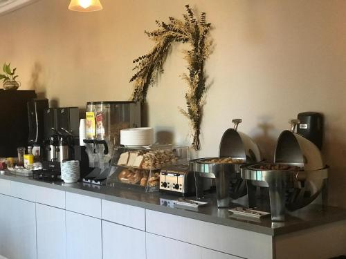 GreenTree Inn & Suites Alhambra Photo