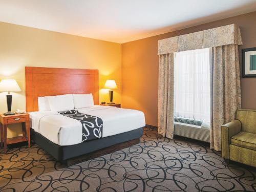 La Quinta Inn & Suites Ft. Worth - Forest Hill, TX Photo