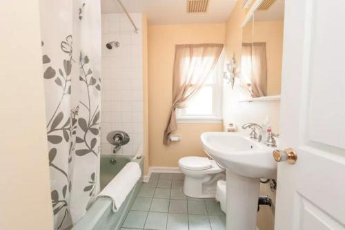 Cozy Home In Heart Of Westboro - Ottawa, ON K2A 2H1