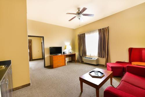 Baymont Inn & Suites Grand Forks Photo