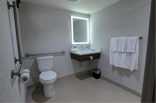 Holiday Inn Express & Suites Toronto Airport West - Mississauga, ON L4W 3Z1
