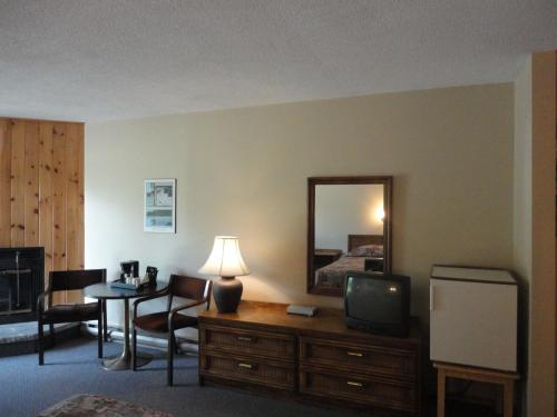 Colonial Bay Motel And Cottages - Huntsville, ON P1H 2J6