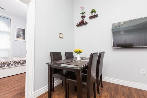 Applewood Suites - Kensington & Chinatown Loft - Toronto, ON M5T 2G4