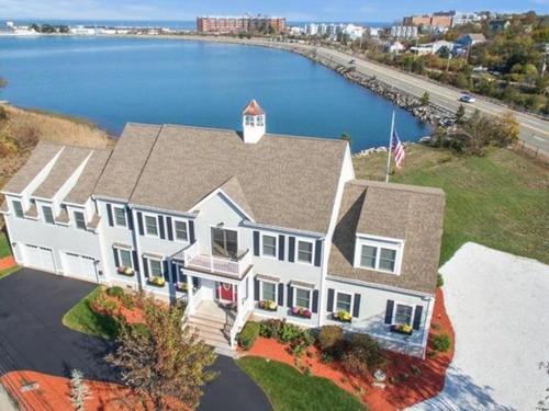 The Beacon Luxury Waterfront Inn Photo