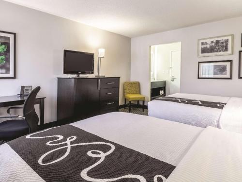 La Quinta Inn & Suites Cleveland – Airport North Photo