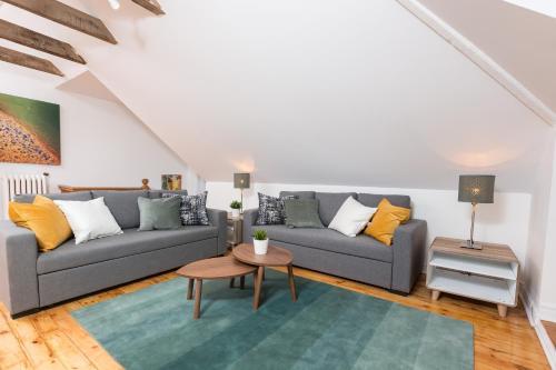 Applewood Suites - Bathurst & College