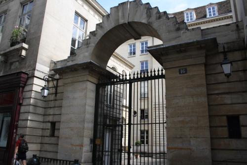 Parc Royal studio Alcove by Parisbeapartofit photo 17