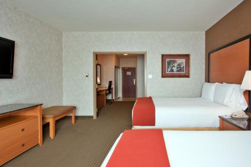 Holiday Inn Express Hotel & Suites Calgary-south - Calgary, AB T2J 7G3