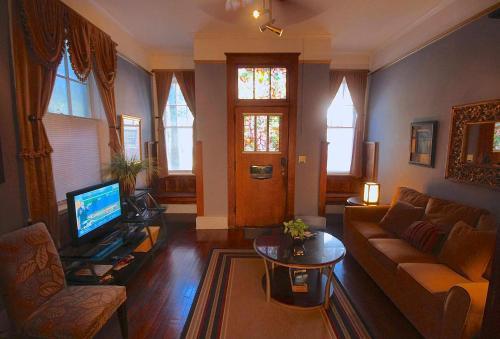Savannah Dream Vacations Carriage House - Savannah, GA 31401
