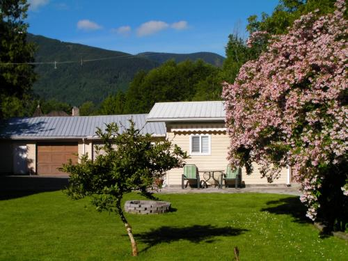 Riverbend Guest House Bed And Breakfast - Chilliwack, BC V4Z 1B5