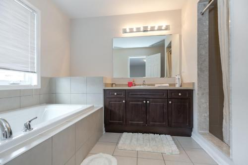 3 Bedroom Home Brampton - Brampton, ON L7A 0G2