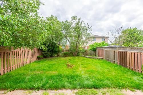 Entire 3 Brdm Home In Peaceful Neighborhood - Brampton, ON L6Z 2B1