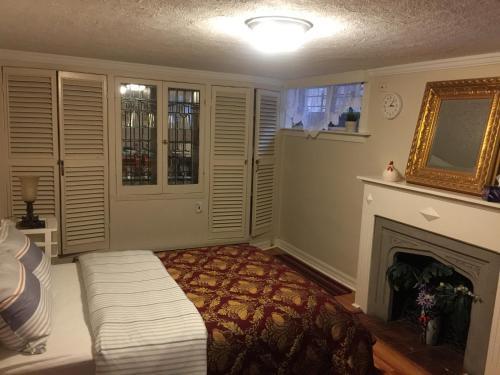 Tudor High Park Suite - Toronto, ON M6S 4H3