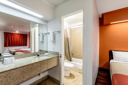 Motel 6 San Antonio - Splashtown - San Antonio, TX 78219