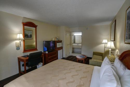 Quality Inn & Suites Biltmore East Photo