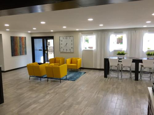 Days Inn & Suites Cincinnati North Photo